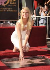Gwyneth Patltrow descubre su estrella en el paseo de la fama