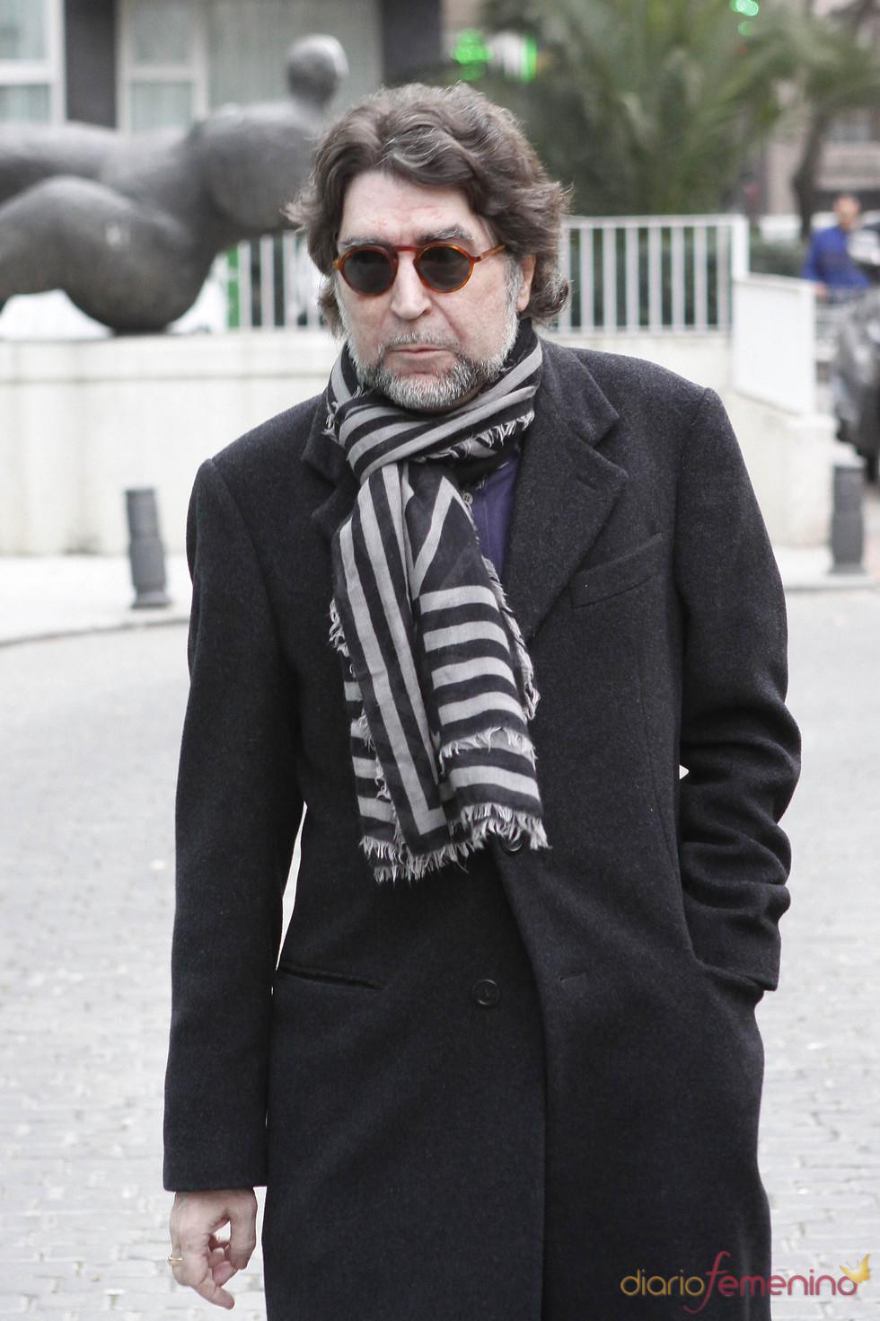 Joaquín Sabina acude al hospital a dar su apoyo a la familia de Enrique Morente