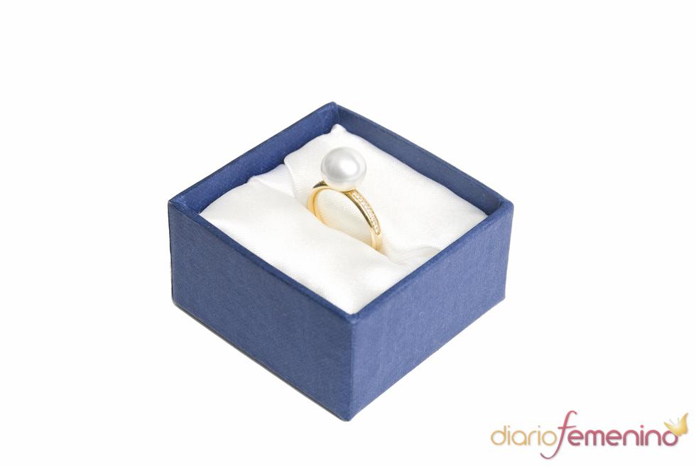 Anillo de compromiso bañado en oro con una perla