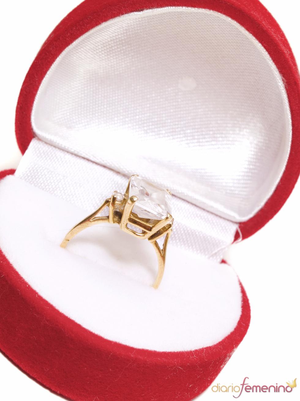 Anillo de compromiso bañado en oro con un diamante cuadrado