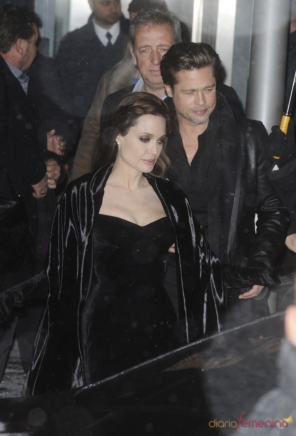 Brad Pitt y Angelina Jolie al finalizar la premier de 'The Tourist'
