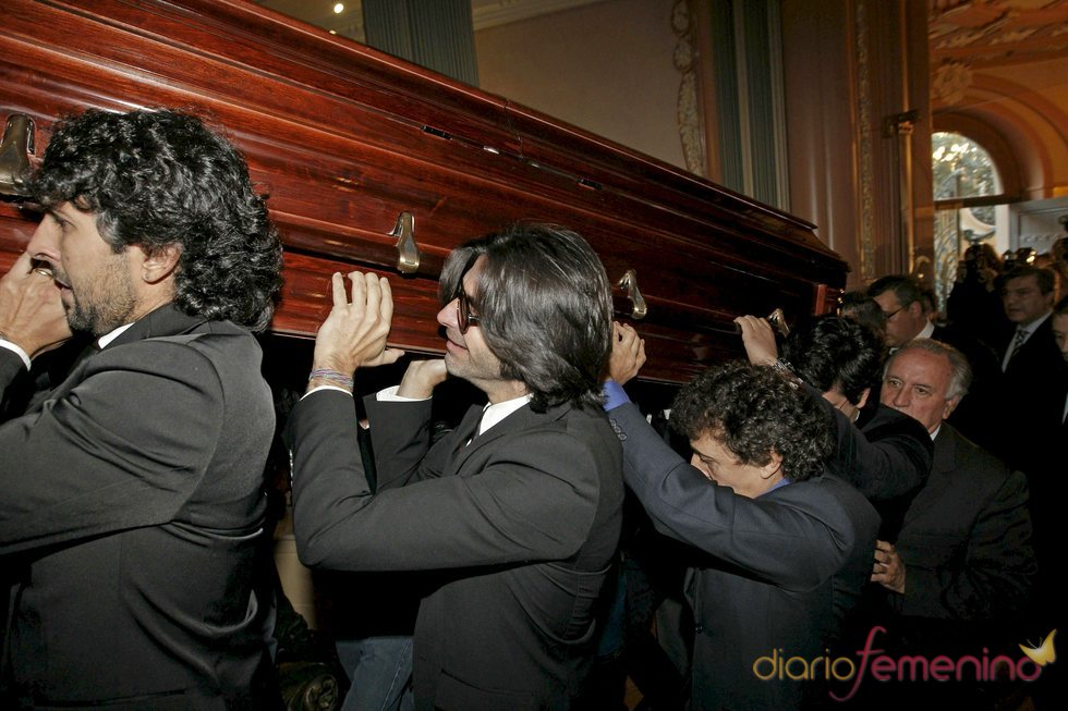 Féretro con los restos mortales de Enrique Morente