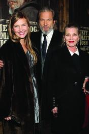 Jeff Bridges presenta 'True Grit' acompañado de su mujer y de su hija