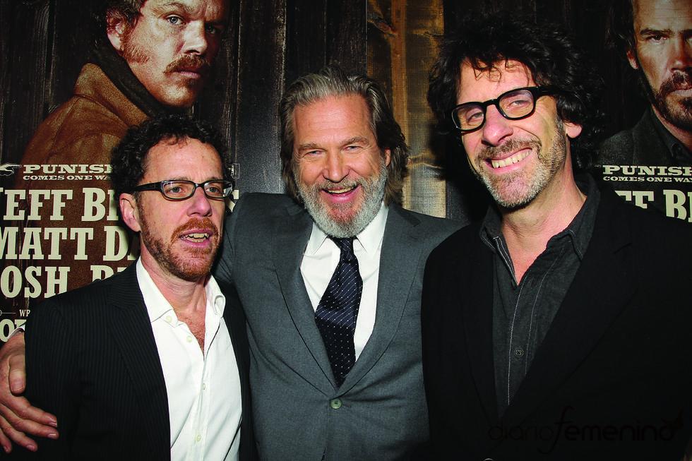 Jeff Bridges y los hermanos Coen en la premiere de 'True Grit'