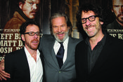 Jeff Bridges y los hermanos Coen en la premiere de 'True Grit'