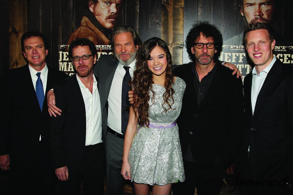 Hailee Steinfeld y Jeff Bridges con los hermanos Coen en la premiere de 'True Grit'