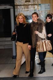 Patricia Rato y su hija Alejandra a la salida de los juzgados de Sevilla