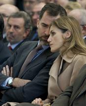 Doña Letizia escucha con atención lo que le dice su marido