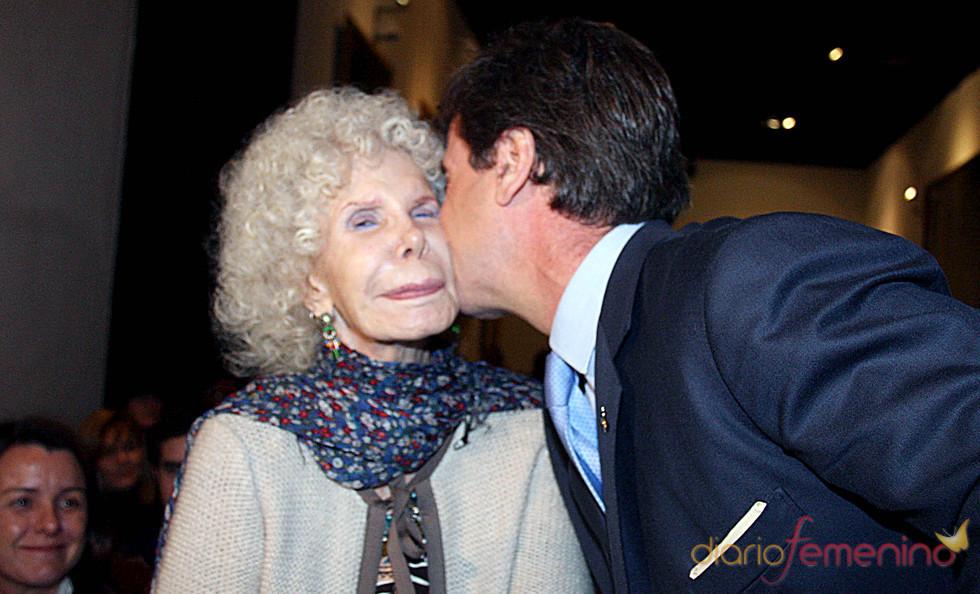 Cayetano Martínez de Irujo besa a la Duquesa de Alba en su coronación como 'Rey Gaspar'