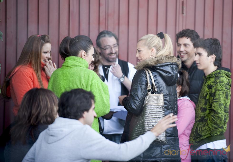 Belén Esteban conversa con Melani Olivares en el set de rodaje de 'Aída'