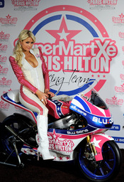 Paris Hilton subida en la moto de su equipo de MotoGP