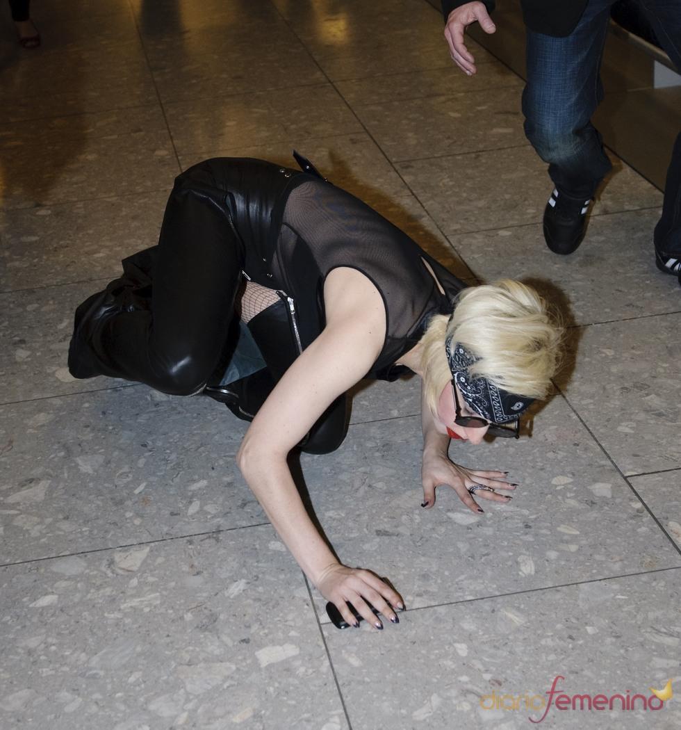 Lady Gaga sufre una caída en el aeropuerto de Londres