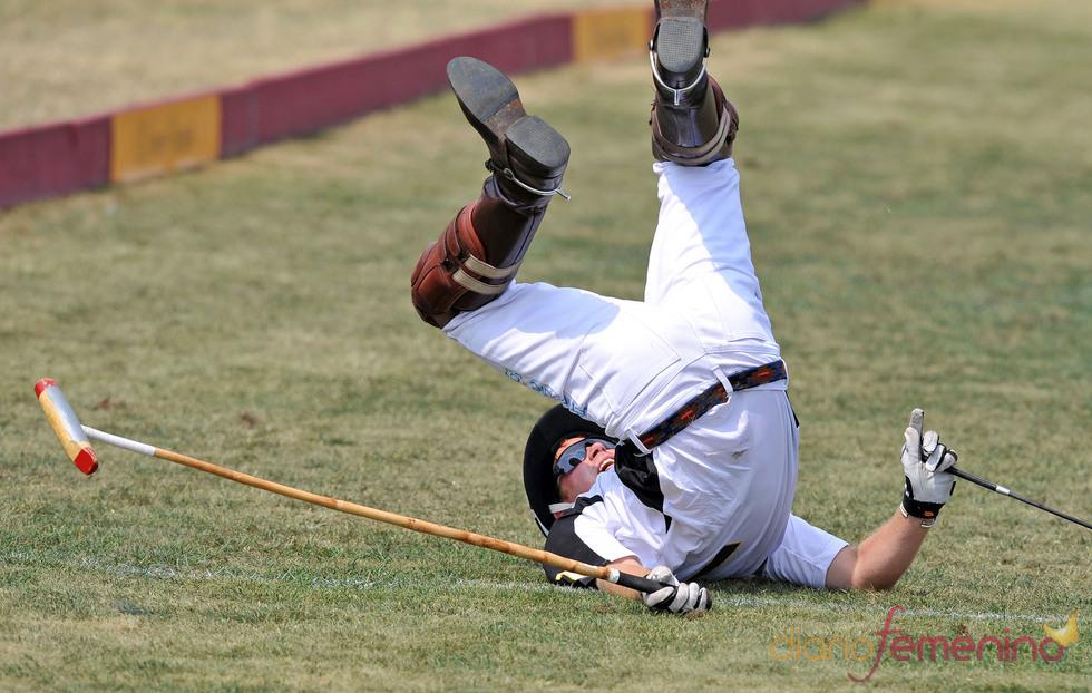 El príncipe Harry de Inglaterra en el suelo tras caerse del caballo