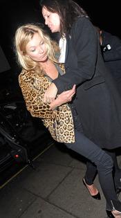 Kate Moss se resbala en Notting Hill