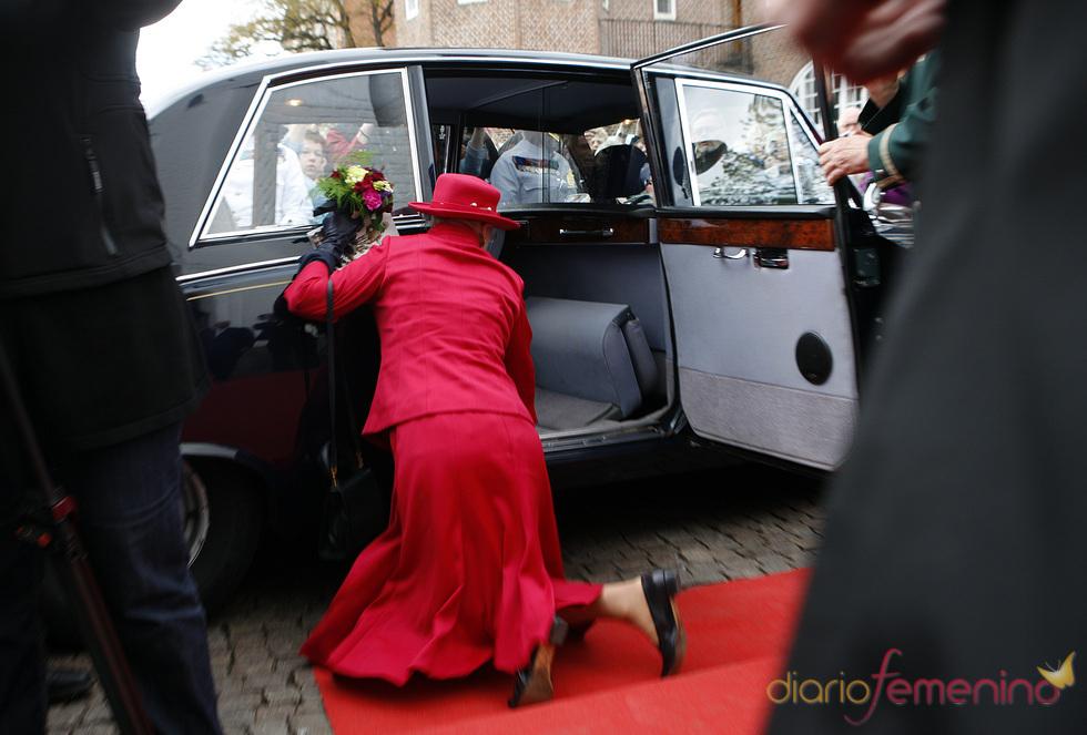 Margarita de Dinamarca se tropieza y cae al suelo