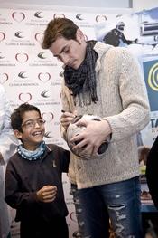Iker hace felices a los niños que más lo necesitan