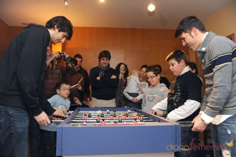 David Villa y Ricky Rubio juegan con los niños