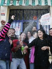 Grupo de gente celebrando que les ha tocado la Lotería de Navidad