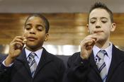 Los niños de San Ildefonso cantan uno de los premios del sorteo de la Lotería de Navidad