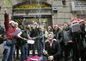 Un grupo de personas celebran que les ha tocado la Lotería de Navidad