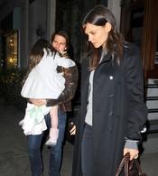 Katie Holmes y Tom Cruise a la salida de un restaurante con su hija Surie