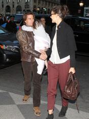 Tom Cruise, con Surie en brazos, hace un gesto cariñoso a Katie Holmes