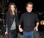 Katie Holmes con cara de muy pocos amigos a la salida de un restaurante con Tom Cruise