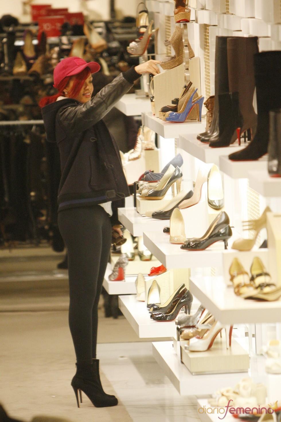 Rihanna, comprando zapatos