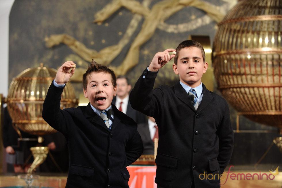 Los niños que cantan la suerte