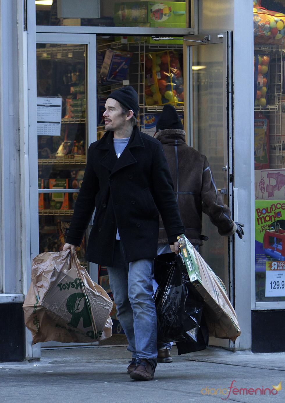 Ethan Hawke hace las compras de Navidad