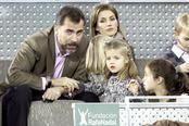 La Infanta Leonor charla con el Príncipe Felipe durante el partido de la Fundación Rafa Nadal