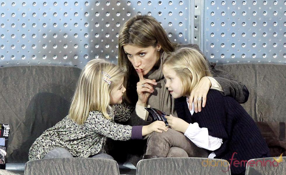 La Princesa Letizia manda callar a las Infantas Leonor y Sofía durante el partido de la Fundación Rafa Nadal