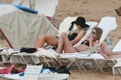 Paris Hilton y Nicky Hilton toman el sol de Hawai