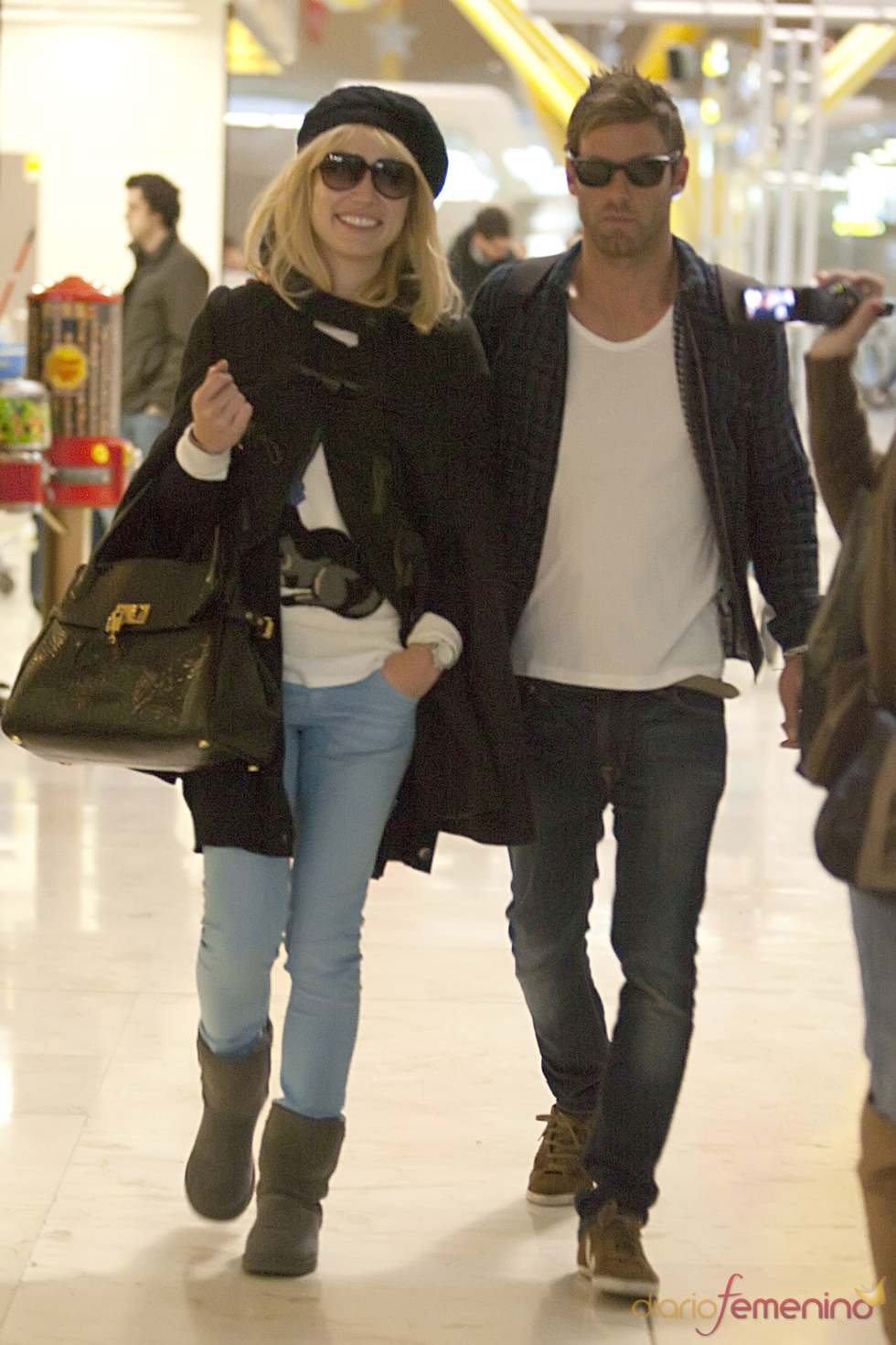Patricia Conde y Carlos Seguí en el aeropuerto de Madrid