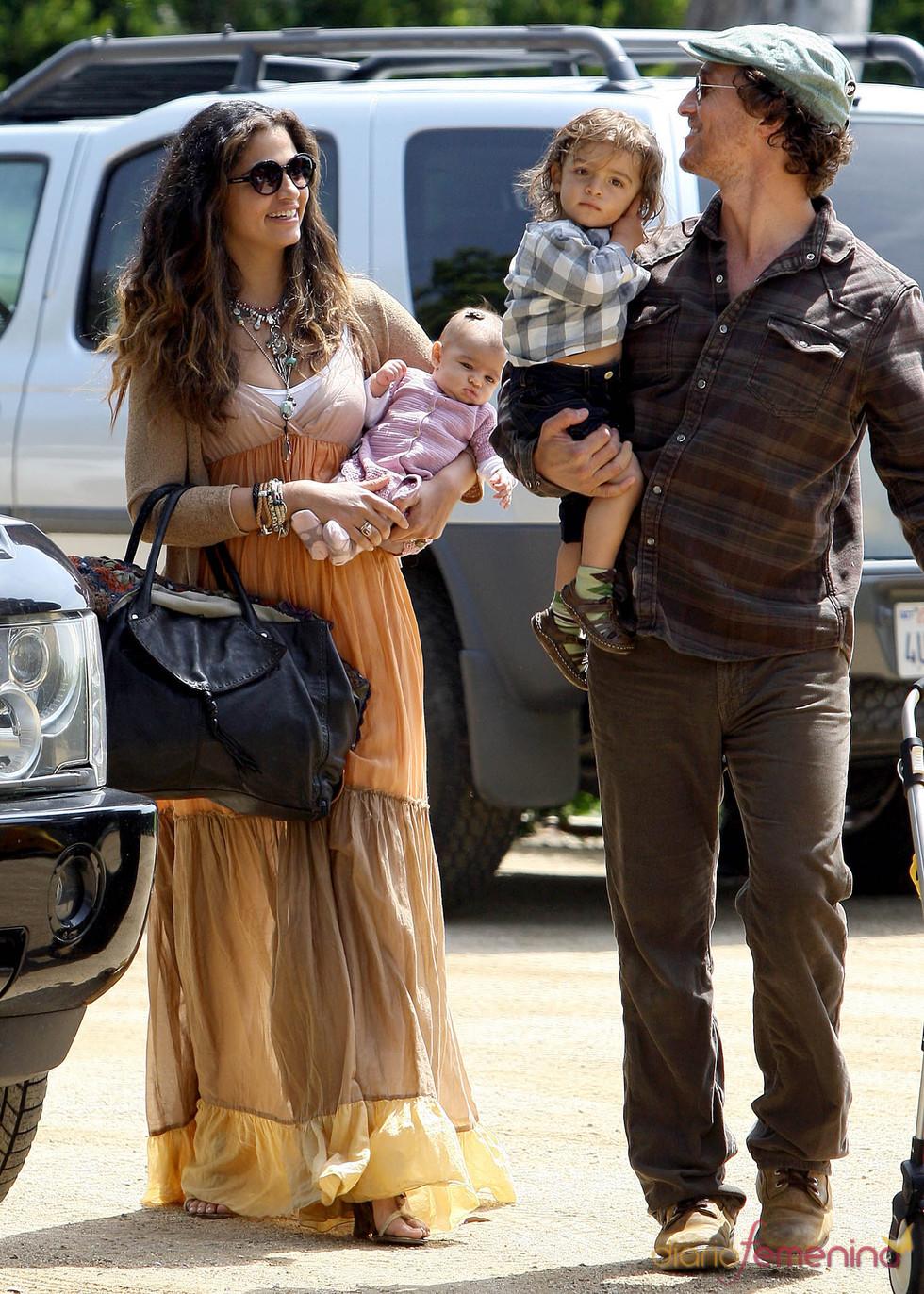 Matthew McConaughey y Camila Alves con sus hijos Levi y Vida