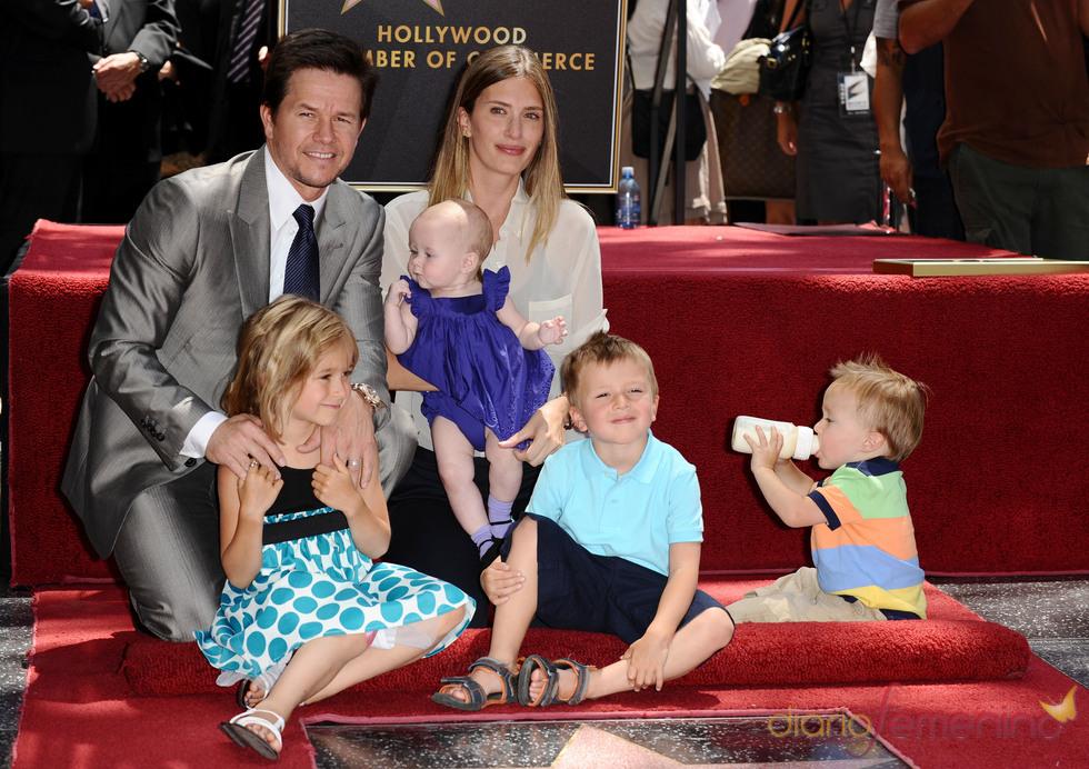 Mark Wahlberg y Rhea Durham con sus cuatro hijos