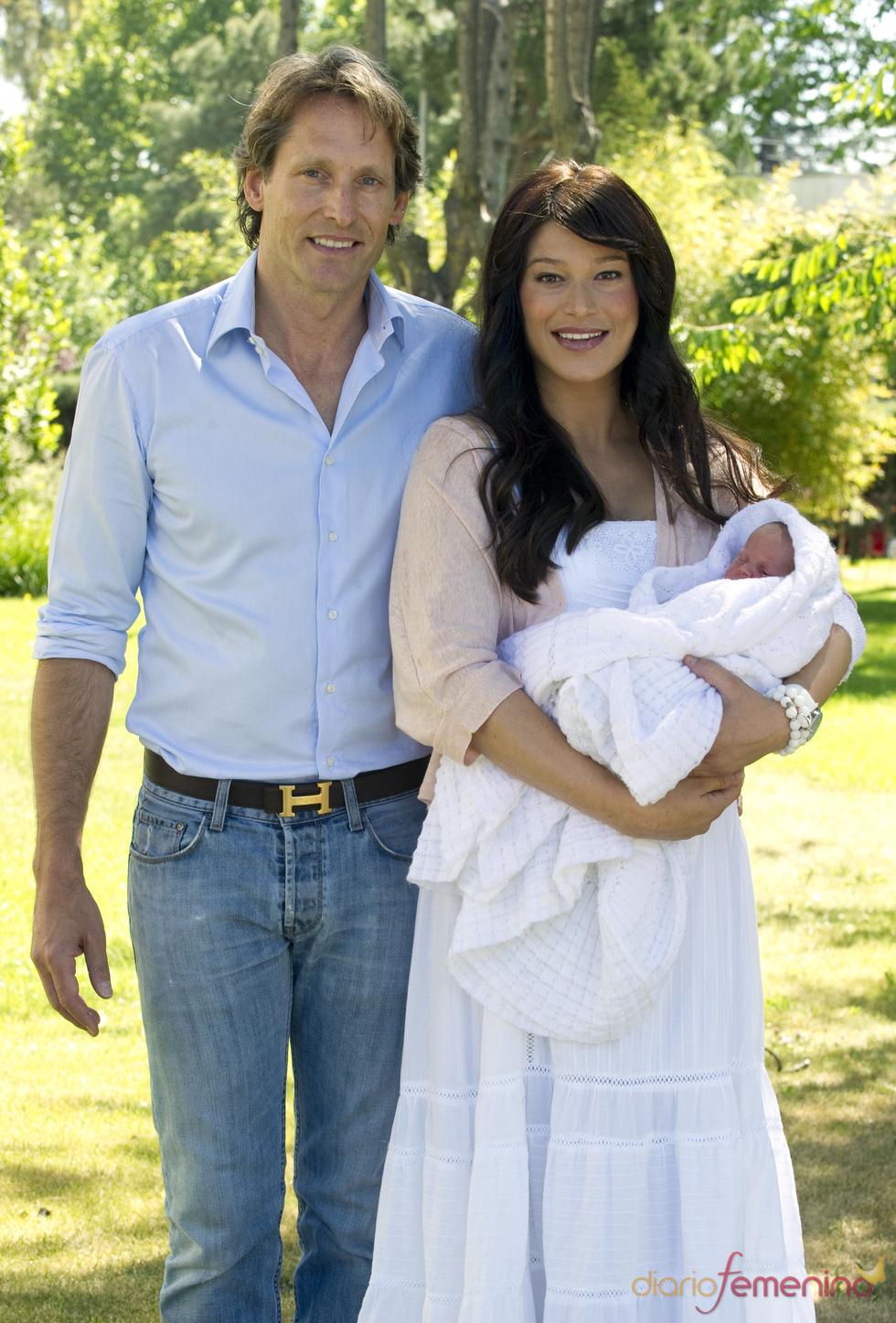 Sonia Ferrer y su marido Marco Vricella con su hija Paula