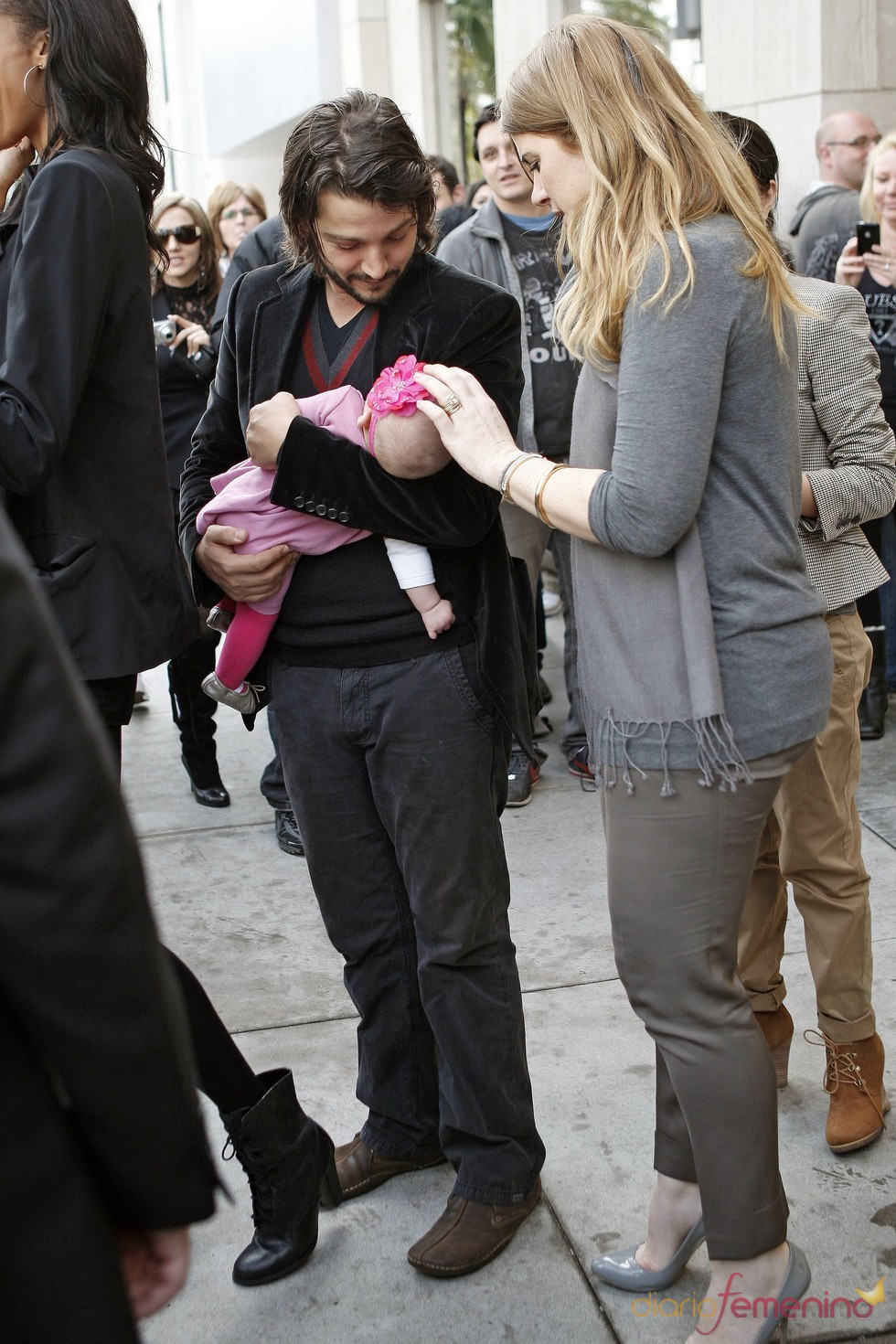 Diego Luna y Camila Sodi con su hija Fionna