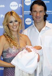 Carolina Cerezuela y Carlos Moyá con su hija Carla