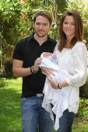 Manuel Martos y Amelina Bono con su hijo Jorge