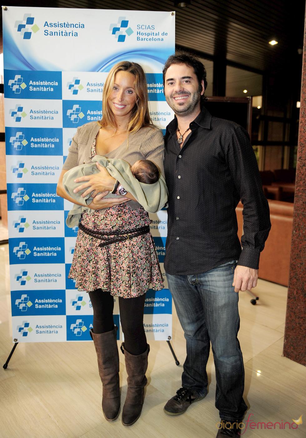 Gemma Mengual y su marido Enric presentan a Nil