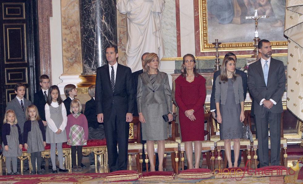 Los Príncipes de Asturias y las Infantas con sus hijos en el Palacio Real