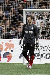 Iker Casillas en el partido de fútbol benéfico