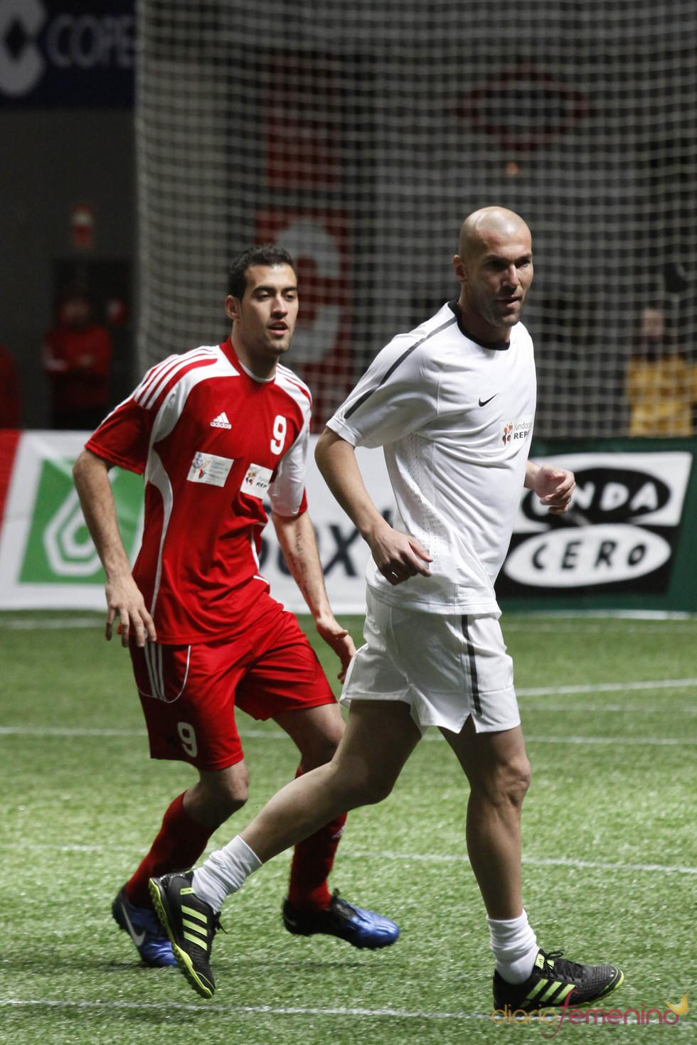 Zinedine Zidane y Sergio Busquets en el partido benéfico de fútbol