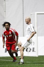 Zinedine Zidane y Christian Karembeu en el partido de fútbol benéfico