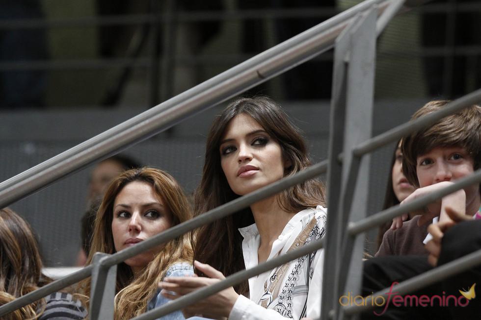 Sara Carbonero apoya a Iker Casillas en el partido de fútbol benéfico