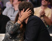 Pe y Bardem se besan durante el partido de los Lakers