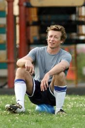 Simon Baker juega al fútbol