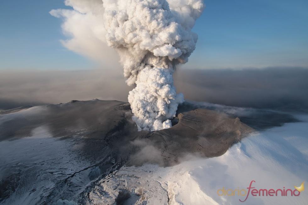 El volcán Eyjafjallajokull deja media Europa incomunicada