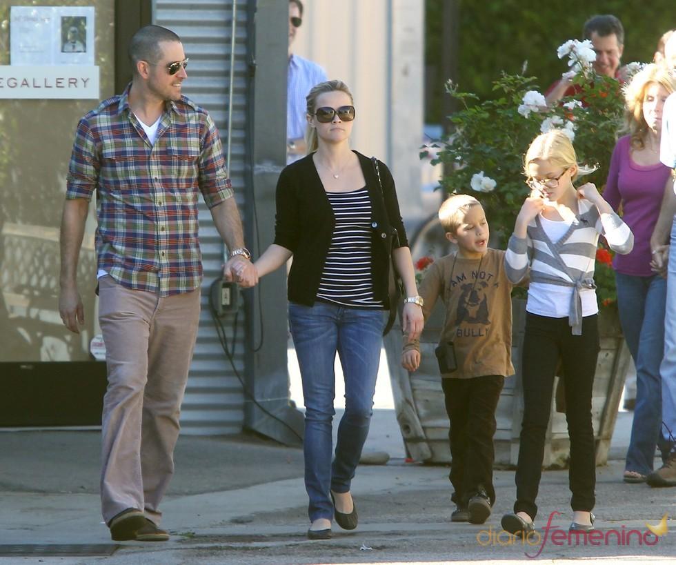 Reese Witherspoon con su prometido y sus hijos